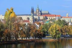 Замок Праги осени готический над рекой Влтавой Стоковое Фото