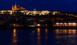 Замок Праги от на ночи стоковые фото