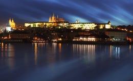 Замок Праги с рекой Влтавой на сумерк - долгой выдержке Стоковое Фото