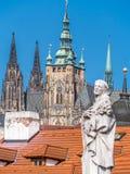 Замок Праги увиденный от Карлова моста в Праге Стоковая Фотография