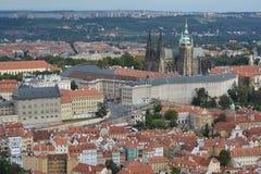 Замок Праги (hrad Prazsky) и взгляд Праги Стоковые Изображения RF
