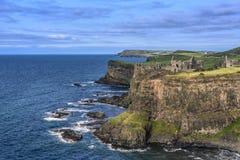 Замок расположенный на краю выхода пластов базальта, отсчет антрим Dunluce, Северная Ирландия стоковое фото rf