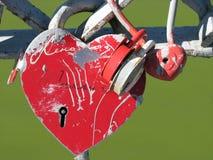 Замок свадьбы в форме красного сердца с keyhole Стоковое Изображение