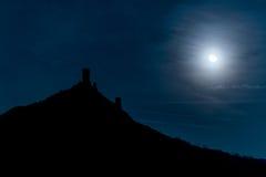 Замок сказки в лунном свете стоковые фотографии rf