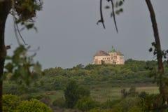 Замок среди зеленых растений видим в расстоянии Стоковые Фотографии RF