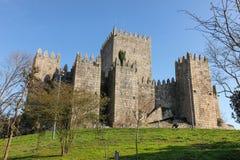 замок средневековый Guimaraes Португалия стоковые фотографии rf