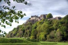 Замок Стерлинга садить на насест na górze крутой скалы стоковое изображение