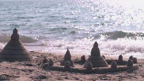 Замок с башнями сделанными из влажного песка на замедленном движении пляжа видеоматериал