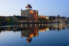 Замок Херман с отражением, сумерками в октябре Narva, Эстония стоковое изображение