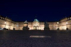 Замок Штутгарта вечером загорелся стоковое изображение