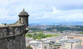 Замок Эдинбурга обозревая горизонт Эдинбурга Стоковое Изображение RF