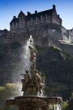 Замок Эдинбурга и фонтан Ross Стоковые Изображения RF