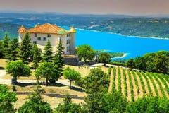 Замок Aiguines с озером St Croix в предпосылке, Провансали, Франции, Европе стоковые фото