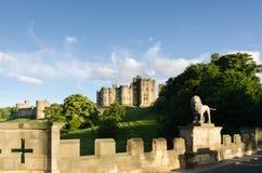 Замок Alnwick от моста льва Стоковые Изображения