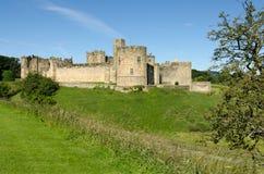 Замок Alnwick через moat Стоковое Изображение
