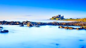Замок Bamburgh, северное восточное побережье Англии Стоковое Изображение