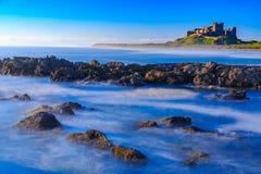 Замок Bamburgh, северное восточное побережье Англии Стоковое фото RF