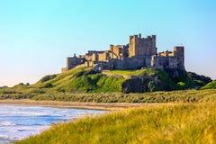 Замок Bamburgh, северное восточное побережье Англии Стоковое Изображение RF