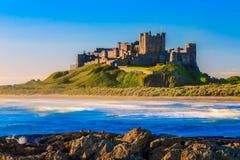 Замок Bamburgh, северное восточное побережье Англии Стоковая Фотография