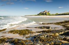 Замок Bamburgh с волнами Стоковое Изображение RF