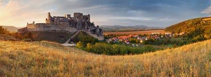 Замок Beckov Словакии - панорама стоковое изображение