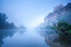 Замок Beynac в тумане раннего утра стоковое фото rf