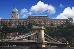 Замок Buda и цепной мост в Будапеште, Венгрии Стоковое Изображение