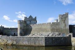 Замок Cahir с ровом под голубым небом Стоковые Фото