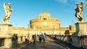 Замок Castel Sant Angelo и мост Ponte Sant Angelo ангела Святого над рекой Тибра, Римом, Италией Timelapse сток-видео