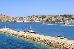 Замок Cesme с районом Марины с пристанями в Cesme, Ä°zmir Стоковое фото RF
