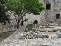 Замок Chlemoutsi (замок Clermont) - пушечные ядра в дворе - Пелопоннес Стоковые Изображения RF