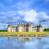 Замок de Chambord, замок ЮНЕСКО средневековый французский и отражение. Луара, Франция Стоковые Изображения RF