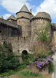 Замок de Fougeres: Средневековые черные настелинные крышу замок и городок на краю Бретань, Мейна и Нормандии, Fougeres, Франции стоковые фото