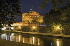Замок Di Angelo на ноче стоковые изображения rf