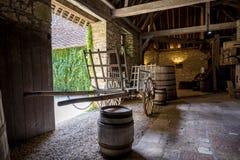 Замок du Clos de Vougeot Старые бочки винодельни и тележки Cote de Nuits, бургундское, Франция стоковые изображения rf