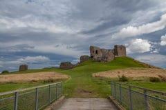 Замок Duffus с облачным небом Стоковое Изображение