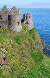 Замок Dunluce на скалах Стоковые Изображения