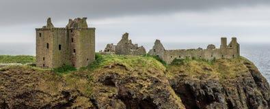 Замок Dunnottar на утесах Стоковое Изображение RF