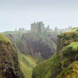 Замок Dunnottar положенный в кожух в myst Стоковая Фотография