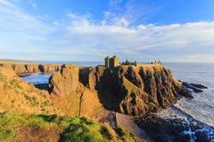 Замок Dunnottar с голубым небом внутри - Stonehaven, Абердином Стоковое фото RF