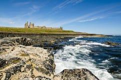 Замок Dunstanburgh от юга Стоковая Фотография RF
