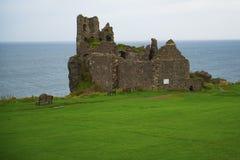 Замок Dunure стоковые фотографии rf