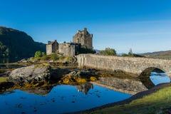 Замок Eilean Donan в гористой местности, Шотландии в сезоне осени Стоковое Фото