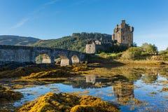 Замок Eilean Donan в гористой местности, Шотландии в сезоне осени Стоковые Фотографии RF