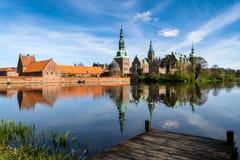 Замок Frederiksborg, вид на озеро стоковая фотография