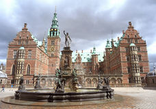 Замок Frederiksborg, впечатляющая архитектура ренессанса в городке Hillerod стоковая фотография