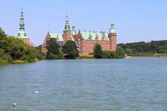 Замок Frederiksborg озером стоковые фотографии rf