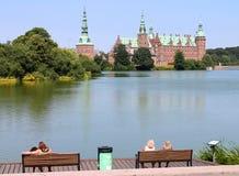 Замок Frederiksborg озером стоковая фотография rf