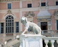 Замок Govone королевский, статуя собаки в парке Стоковые Фото