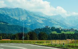 Замок Gruyeres на горах Prealps в кантоне Fribourg в Швейцарии Стоковое Фото